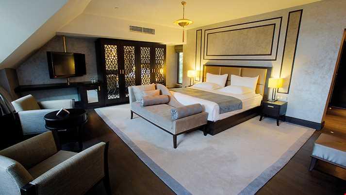 Suit oda diğer odalara göre büyük olmakla birlikte standart odaya ilave olarak salon ve yatak odasında Led TV ve jakuzi mevcuttur. Göl manzaralı odada balkon bulunmaktadır.