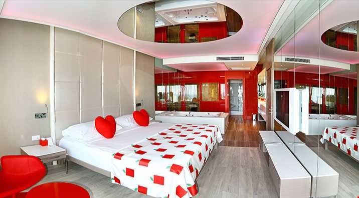 Adam Villa odalarda (175 m2), ana yatak odası, 1 salon ve tek kişlik yatak, 1 sauna, 2 banyo (1 buhar, 1 duş), giyinme odası, balkon ve havuz girişli teras bulunmaktadır.