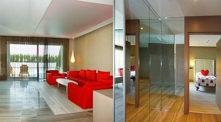Eve Villa odalarda (200 m2), ana yatak odası, 1 yatak odası, 1 salon, 1 sauna, 2 banyo (1 buhar, 1 duş), giyinme odası, balkon ve havuz girişli teras bulunmaktadır.