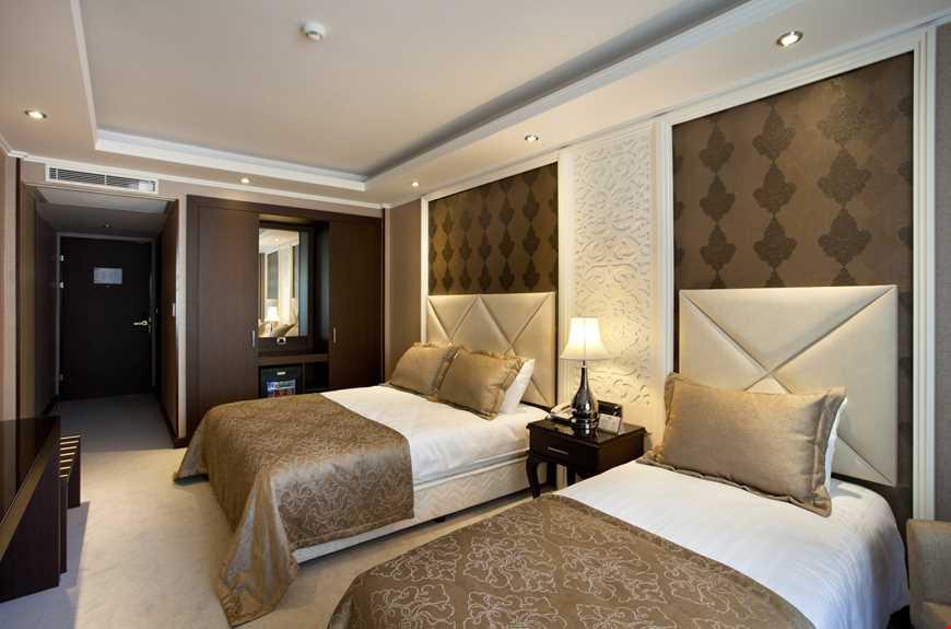 Standart oda, 28 m2 genişliğindedir. Odalarda termal su bulunur.