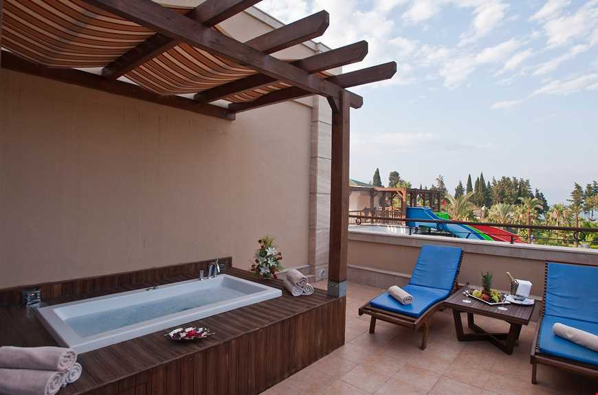 Pasha Suite, 55 m² ölçüsündedir, maksimum kişi kapasitesi 4'tür, 1 yatak odası, 1 salon ile jakuzi küvetli 1 banyodan oluşur ve standart odaların tüm özelliklerine sahiptir.