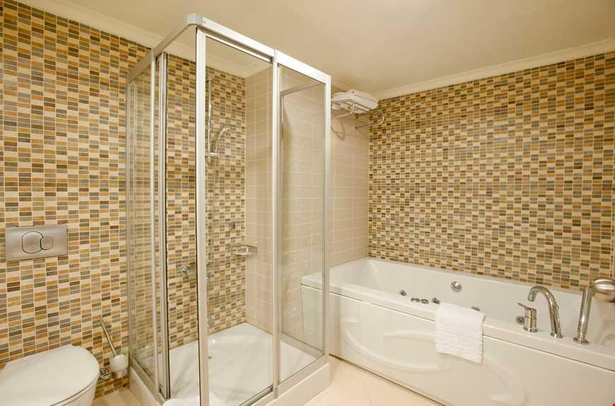 75 m² ölçüsündedir, maksimum kişi kapasitesi 6'dır, 2 yatak odası, 1 salon ile biri jakuzi küvetli olmak üzere 2 banyodan oluşur ve standart odaların tüm özelliklerine sahiptir.