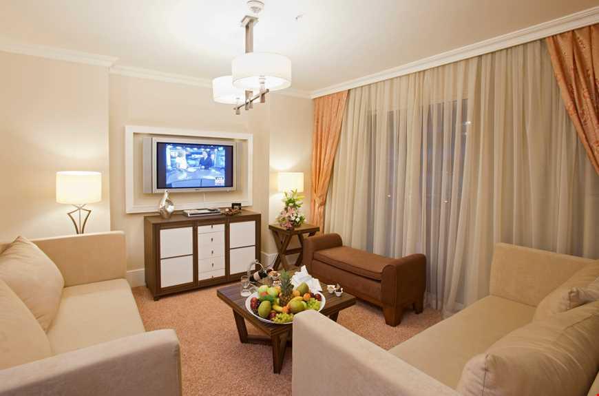 Sultan Suite, 75 m² ölçüsündedir, maksimum kişi kapasitesi 6'dır, 2 yatak odası, 1 salon ile biri jakuzi küvetli olmak üzere 2 banyodan oluşur ve standart odaların tüm özelliklerine sahiptir.