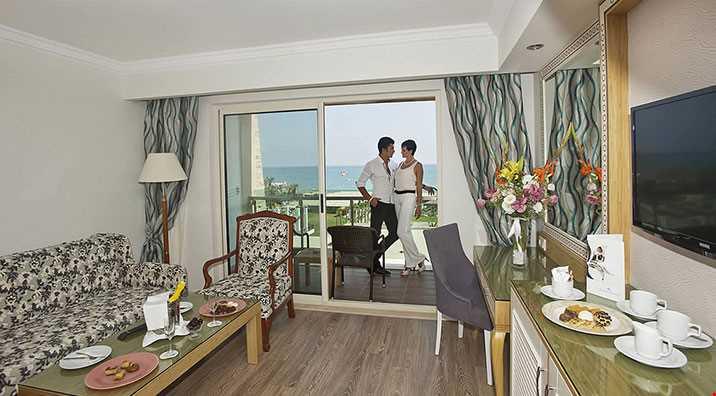 50 m² genişliğindedir. 1 adet french bed yatak odası ve oturma odası mevcuttur. Standart odaların tüm özellikleri mevcut olup terasında jakuzi; banyosunda bornoz mevcuttur. Hepsi direkt deniz ve havuz manzaralı odalardır.