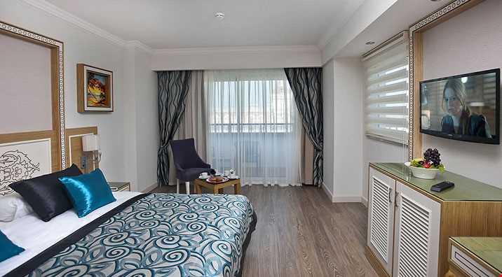23 m² genişliğindedir. 1 French Bed ile standart odaların tüm özellikleri mevcut olup, direkt deniz manzaralı odalardır.