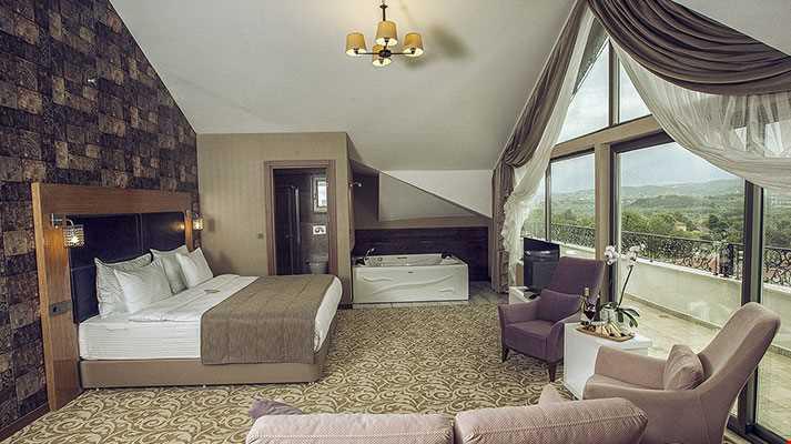 Jakuzi Suit odalarında (54-62 m2), masaj jeti, kontrol paneli özellikli 3 m2 jakuzi bulunmaktadır.