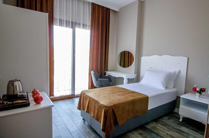 Standart odalar 25 m2 dir.  Tüm odalarda; TV, klima, mini bar, saç kurutma makinesi, termal banyo Osmanlı musluğu, wc, direkt telefon, kasa ve balkon mevcuttur.
