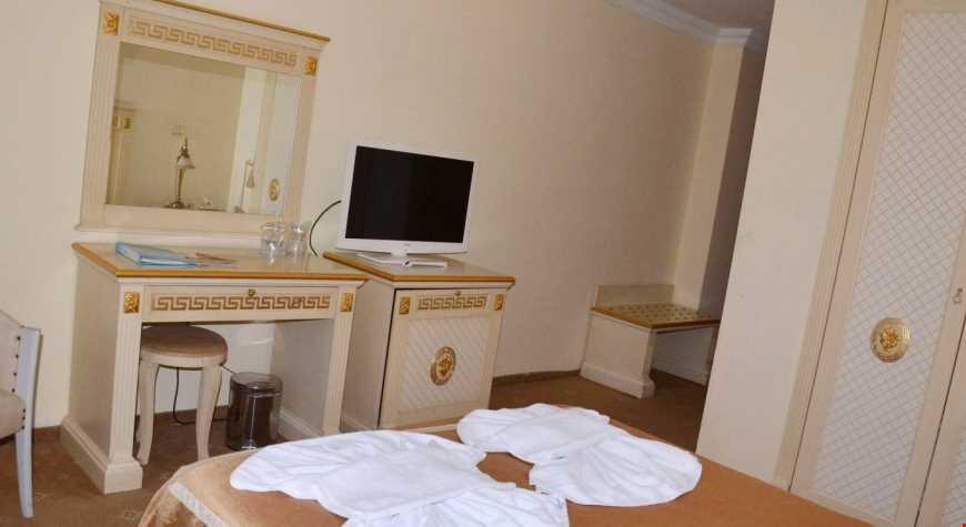 50 m2 genişliğindedir. 2 odalıdır. 2 tek kişilik yatak ve 1 çift kişilik yatak vardır.