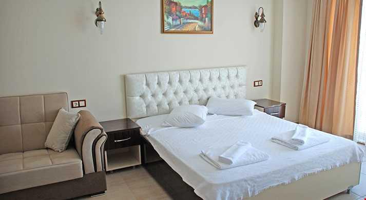Standart Odalar 20-25 m² büyüklüğündedir. Odalarda çift kişilik tek yatak ve açılı-kapanır kanepe bulunuyor
