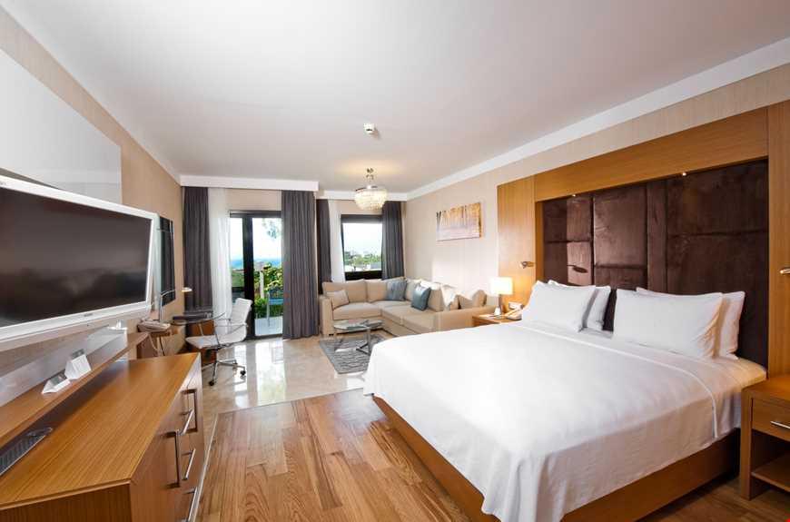 İki yatak odasından oluşan deniz manzaralı aile odaları 80 m² büyüklüğünde. Odalarda çift kişilik tek yatak ve tek kişilik iki ayrı yatak bulunuyor.