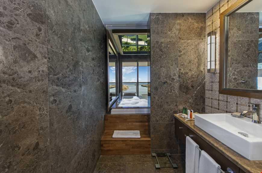 Havuza Merdivenle Bağlantılı Deniz Manzaralı Corner Suite
