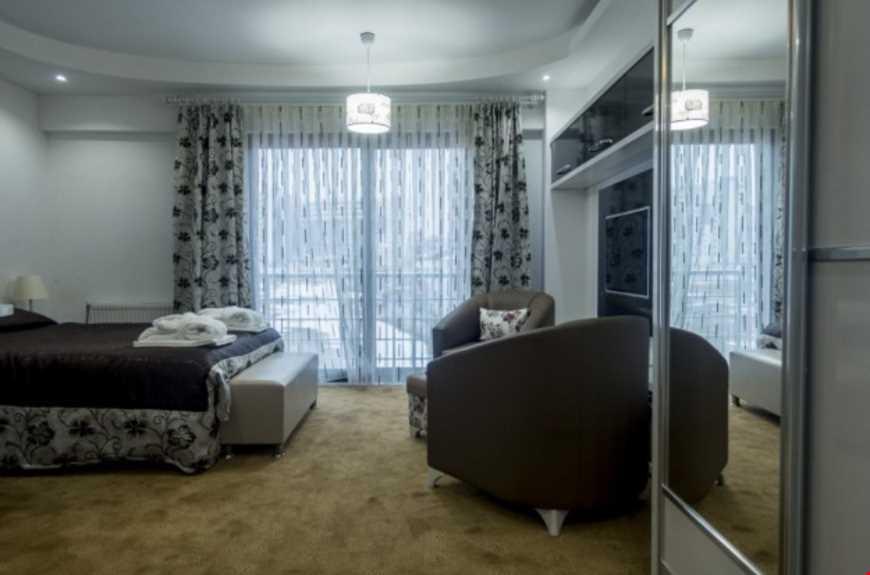 1+0 Standart odalar 32 m² büyüklüğündedir. Odalarda çift kişilik tek yatak bulunuyor.