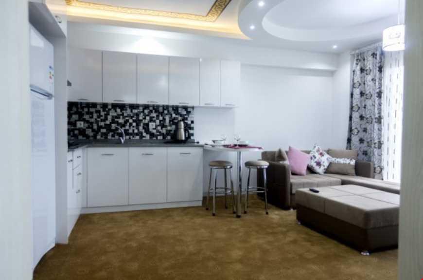 1+1 Suit odalar 50 m² büyüklüğündedir. Odalarda çift kişilik tek yatak ve kanepe bulunuyor
