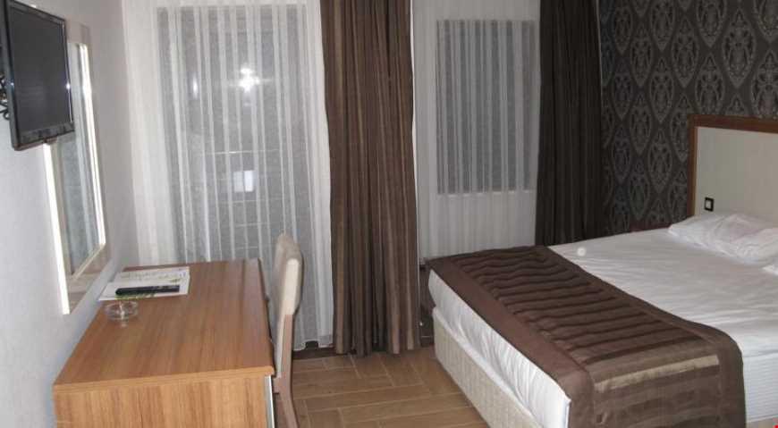 Standart odalar 21 m² büyüklüğünde. Odalarda çift kişilik tek yatak veya tek kişilik iki ayrı yatak bulunuyor.