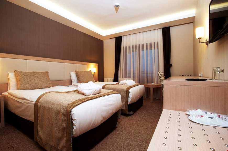Standart odalar 20 m² büyüklüğündedir. Odalarda çift kişilik tek yatak veya tek kişilik iki ayrı yatak bulunuyor.