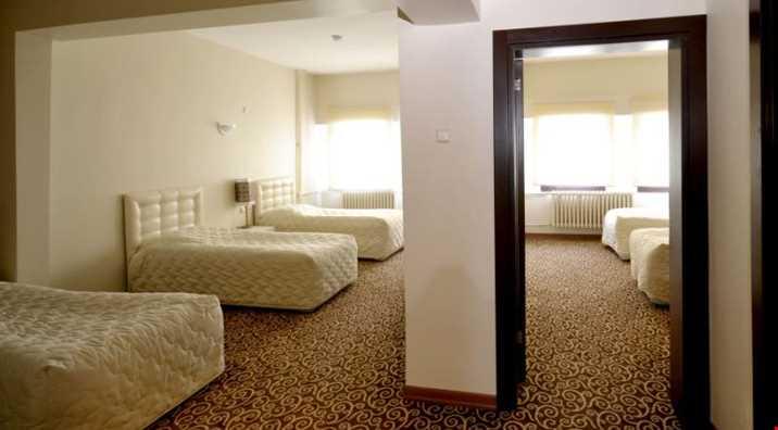 Genişliği 42 m²; bir standart oda ve buna bağlı bir salondan oluşan odalarda gerektiğinde yatak olabilen bir kanepe de bulunmaktadır.