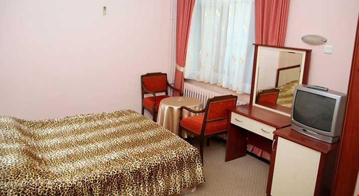 Standart Odalar 16 m² büyüklüğündedir. Odalarda çift kişilik iki ayrı yatak veya tek kişilik üç ayrı yatak bulunuyor.