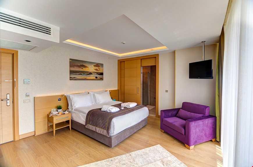 Köşe Odalar 30 m² büyüklüğündedir. Odalarda çift kişilik tek yatak bulunuyor.