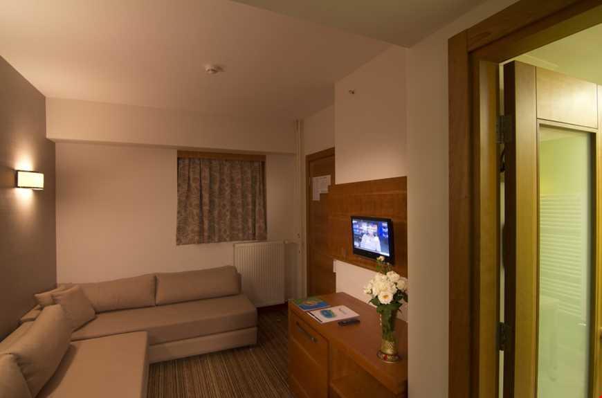 45 m2 genişliğindeki aile odalarında ara kapı, 1 adet banyo, 2 adet tv bulunmakta olup, 2 ayrı odadan oluşmaktadır. Odalarda termal su hizmeti verilmemektedir.