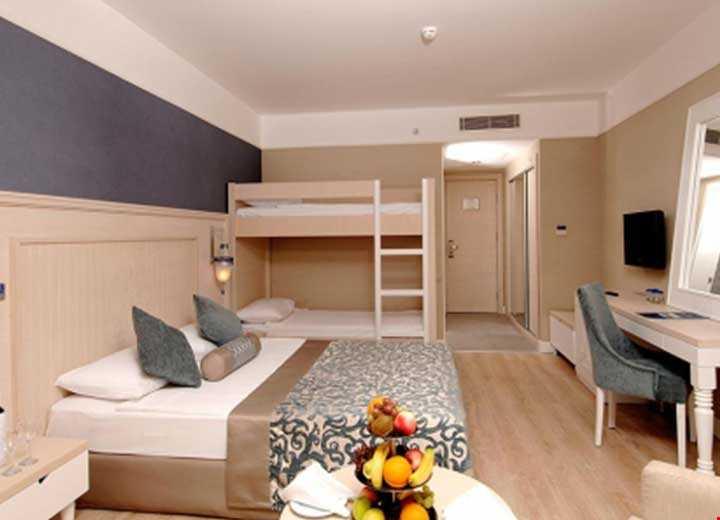 35 m2 genişliğinde standart odadan daha geniş odalardır. 1 çift kişilik yatak, çiftli ranza ve tek banyo bulunmaktadır.