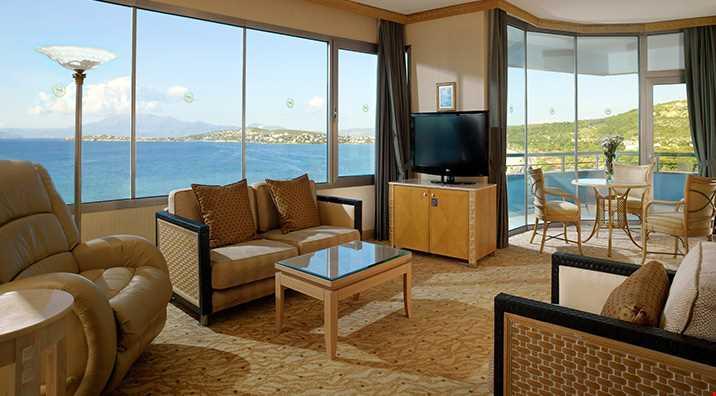78 m2 genişliğindedir. 1 büyük çift kişilik yatak, çalışma odası, oturma odası, spa küveti ve balkon bulunur.
