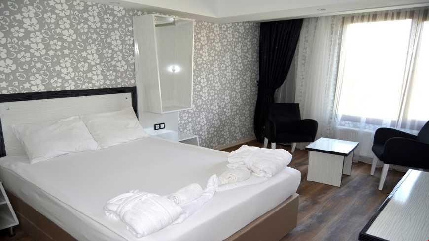 Standart odalar 20 m² büyüklüğünde. Odalarda çift kişilik tek yatak ve ilave olarak tek kişilik tek yatak bulunuyor.