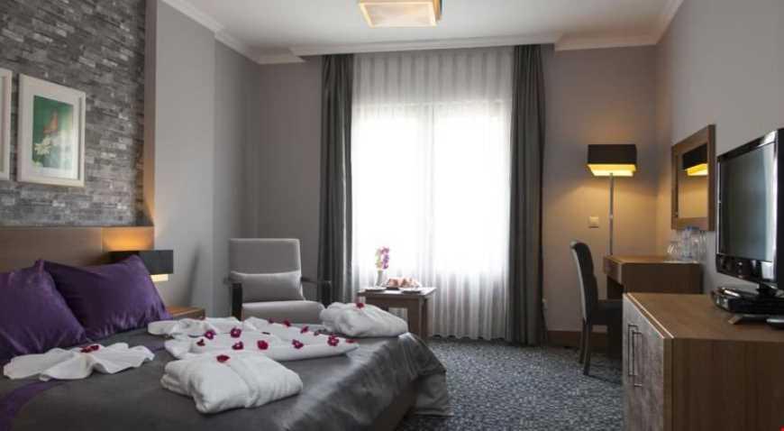 İki Kişilik Odalar 29 m² büyüklüğündedir. Odalarda çift kişilik tek yatak veya tek kişilik iki ayrı yatak bulunuyor.