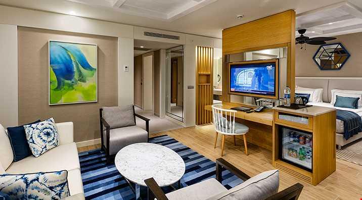 65 m2 genişliğinde, standart donanıma ilave olarak özel giyinme odası, oturma koltuğu, duş, küvet ve daha büyük tv bulunmaktadır.
