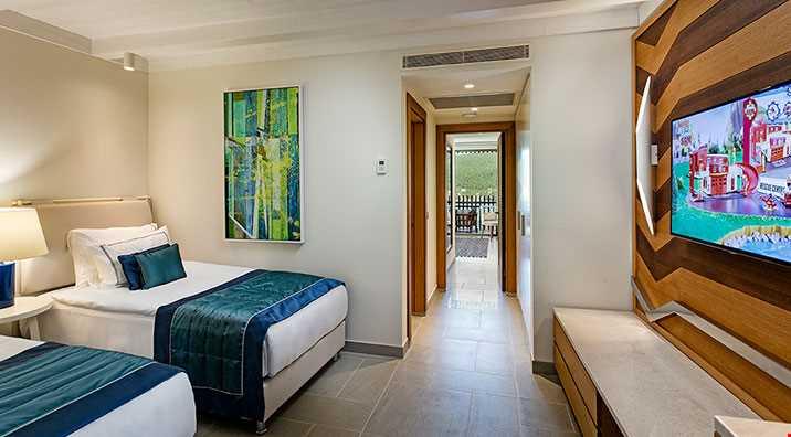 47 m2 genişliğinde, tamamı deniz manzaralı, bir adet ebeveyn odası (çift kişilik yataklı ve bir adet çocuk yatak odası (twin yataklı ) ve iki ayrı banyolu odalardır. Standart donanımlara ilaveten çocuk odasında lcd tv ve çocuk gardrobu bulunmaktadır.