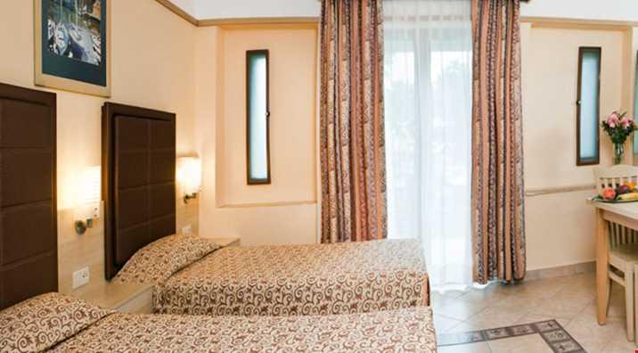 Family odalarda (47 m2), 2 tek kişilik yatak, 1 çift kişilik yatak ve 2 oda bulunur.
